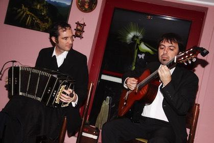 Zum Tangotanz spielte das Duo Luciano Jungmann (Bandoneon) und Alejandro Sancho (Gitarre).