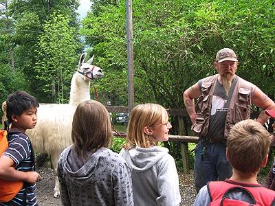 Oxi Flück erklärt den Kindern, wo das Lama herkommt.