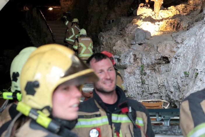 Beim Höhlenausgang wurde ebenfalls Wasser bereitgestellt, zwei Personen mussten zudem zu Übungszwecken gerettet werden – ein anstrengender Einsatz.
