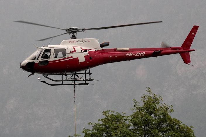 Ein Helikopter brachte nebst Material …