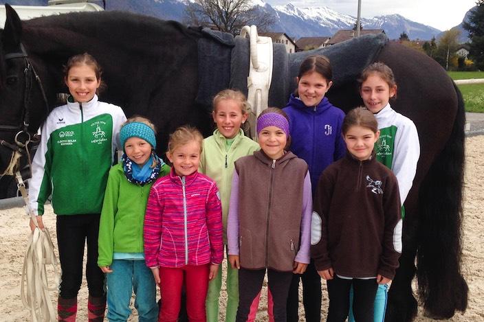 Alle haben beim Voltige-Frühlingslager in Matten mitgemacht und fleissig für die Sport- und Jugend-Tests geübt.