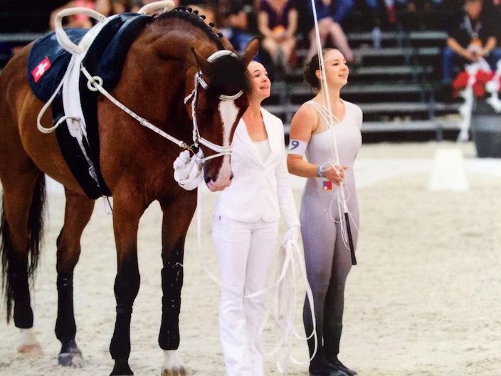 Selina Schumacher (rechts) zusammen mit der Longenführerin Mirjam Degiorgi und Pferd Livanto nach ihrem Auftritt bei der Voltige Weltmeisterschaft in Holland.