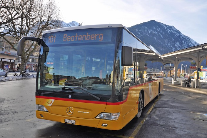 Die Schüler aus Beatenberg werden mit dem Postauto transportiert.