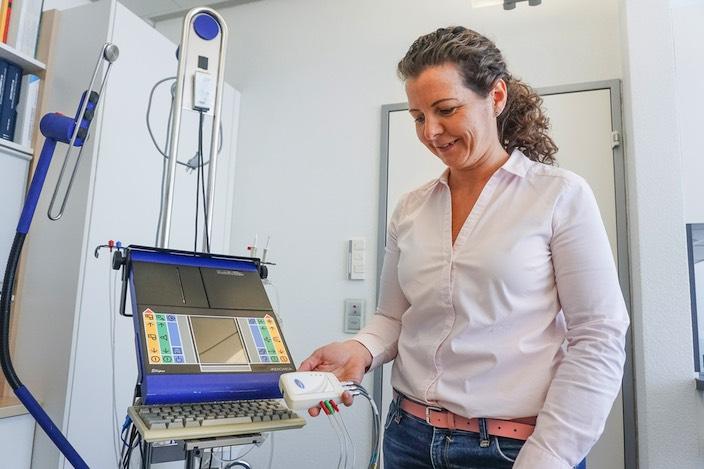 Für die urologische Untersuchung bei Frauen bedient sich Ildikó Meszlényi heute eines handgrossen Geräts, welches das grössere Modell in Blau ablöst.