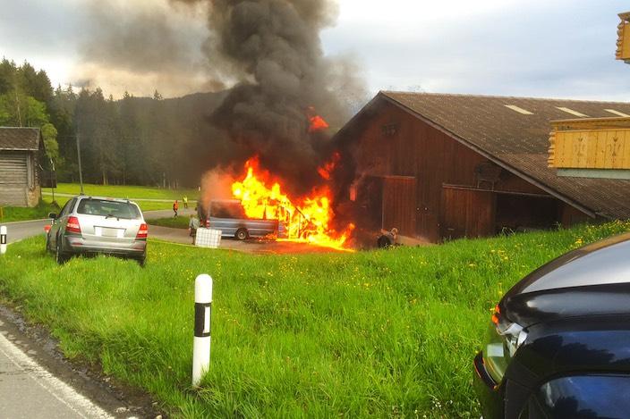 Die Flammen des Wagens hätte noch auf die Scheune übergreifen können – dank eines Grossaufgebots der Feuerwehr geschah dies jedoch nicht.