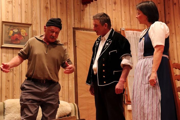 Annerös und Heiri (Mitte) Kümmerli können nicht glauben, was ihr Knecht an einem Tag alles erlebt hat.