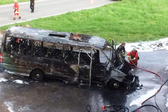 Der Wagen ist komplett ausgebrannt. Wie hoch der Sachschaden ist, ist noch unklar.