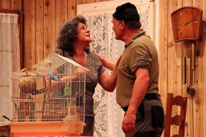 Elsi Gyger bringt Gusti kurzerhand ihre beiden Vögel vorbei, weil sie zur Kur muss.