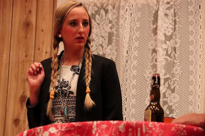 Bianca Stutz (Selin Gafner) sollte eigentlich ihre neue Stelle als Hausmädchen bei den Kümmerlis antreten. Doch das hat sich schnell erledigt.