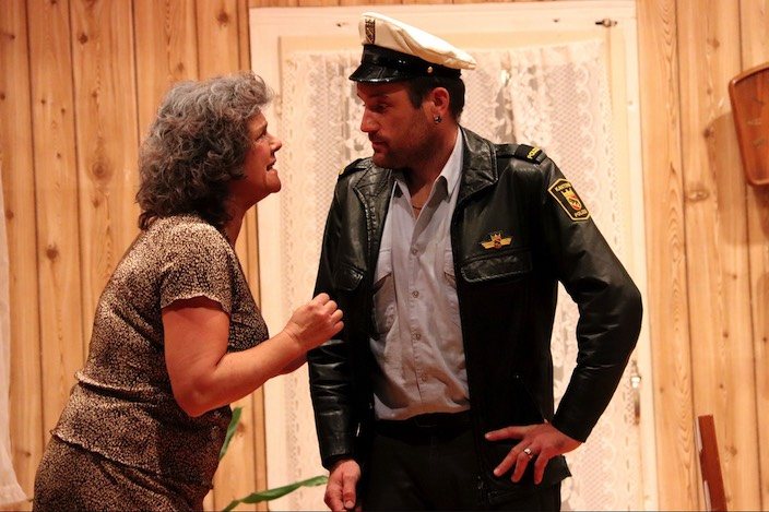 Elsi Gyger (Irene Moser) stellt sich als Langfinger heraus. Dorfpolizist Fritz Hugentobler (Patric Berger) will Gyger deshalb aufs Präsidium mitnehmen.