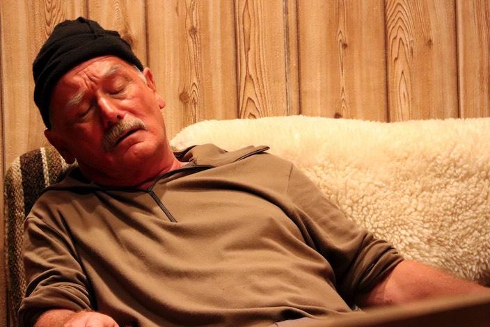 Nach dem turbulenten Tag ist Gusti ähnlich erschöpft wie beim Nachhausekommen in der Vornacht.