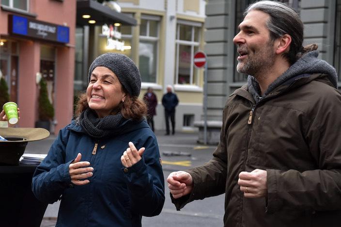 Doris Barrot (48) und ihr Mann Steve Barrot (47) fesselten die Zuhörer mit zweisprachigen, überlieferten Volksmärchen.