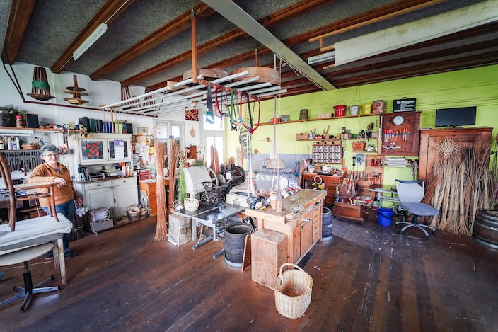 Das Atelier präsentiert sich als heller und freundlicher Raum mit viel Platz für die kreativen Handwerker.