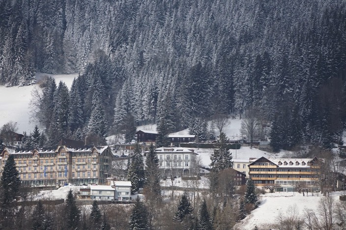 Der Neubau des Parkhotels (rechts) wird in etwa so hoch wie das Seminargebäude für biblische Theologie in Beatenberg (links).