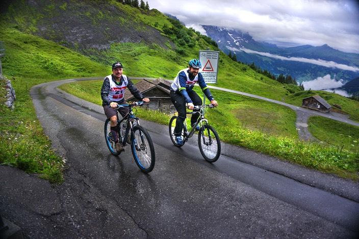 Ernst Kaufman (links) und Simon Nyffeler fanden trotz der anstrengenden Strecke Energie für ein Lächeln beim diesjährigen Gutz Cup.