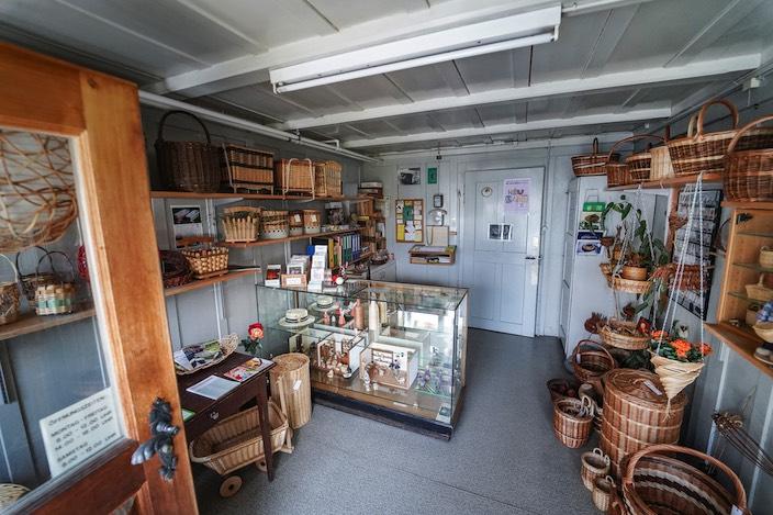 Der Laden und das Museum sind zurzeit wegen des Corona-Virus geschlossen, deshalb ist Therese Leutwyler via Mail oder telefonisch für die Kunden da.