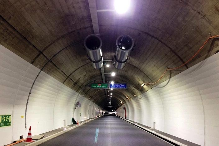 Beim Rugentunnel kam es am Samstag zu einem Auffahrunfall, bei dem ein Motorrad in ein Auto prallte. Der Motorradfahrer musste ins Spital gebracht werden.
