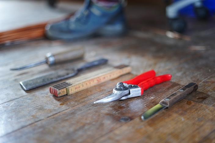 Die Grundausrüstung für den Beruf der Korbflechterin ist relativ klein.
