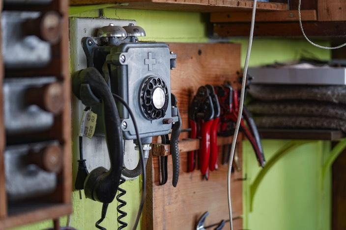 In einer Ecke verbindet sich telefonische Nostalgie mit den Grundzügen eines modernen Handwerks.