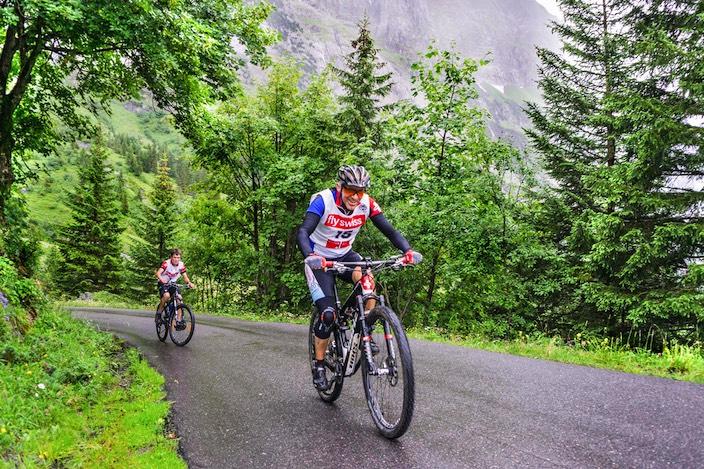 Spannende Jagd: Beim diesjährigen Gutz Cup wird Roli von Allmen Roli (vorne, dritter in der Kategorie Bike) verfolgt vom jüngsten Teilnehmer Nando Vanhove.