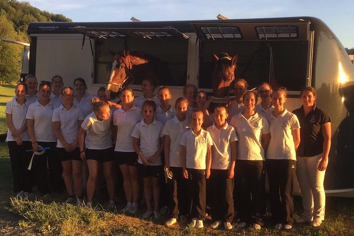 Die Teams eins, zwei und drei mit Trainerin Irène Zumkehr vor dem Transporter mit den Pferden Centurio und Kimi du Bayet.