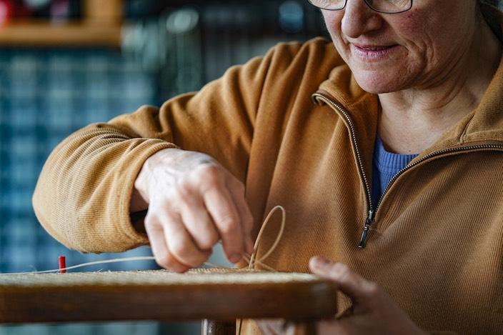 In ihrem Atelier repariert Therese Leutwyler auch Sitzflächen von Stühlen.
