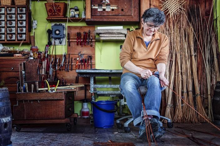 In ihrer Werkstatt im Neufeld arbeitet Therese Leutwyler an ihren Körben, repariert und kreiert Neues.