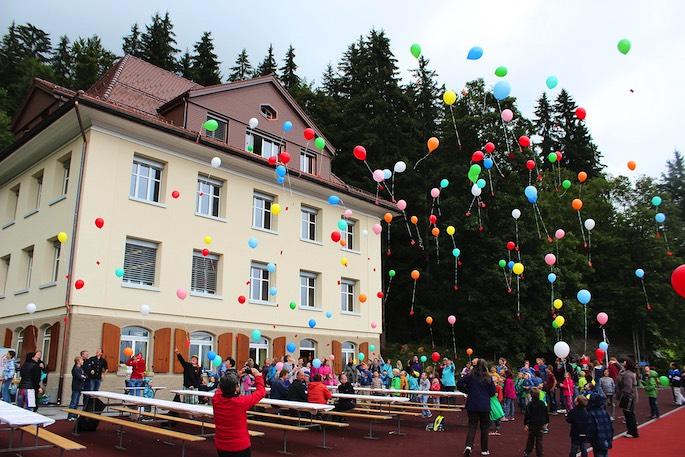 Zum Abschluss des Tages liessen die Besucher Luftballons fliegen.