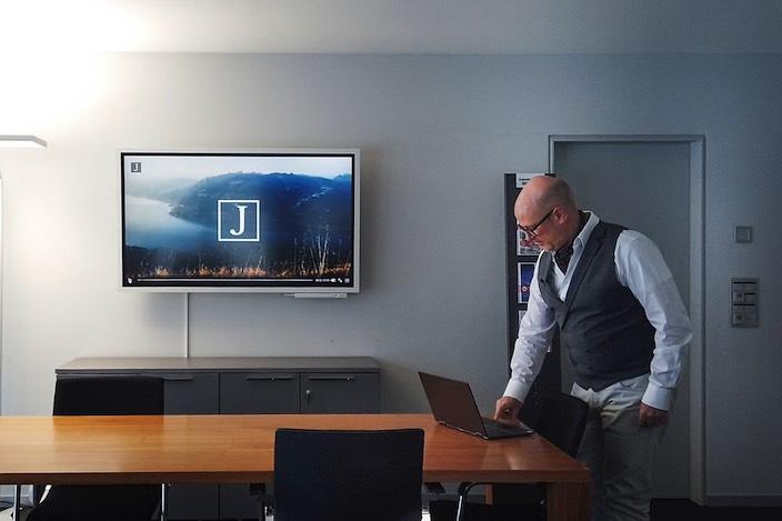 Das Team der Kabelfernsehen Bödeli AG mit CEO Walter A. Balmer hat in den letzten Tagen die Vorbereitungsarbeiten erfolgreich abgeschlossen.