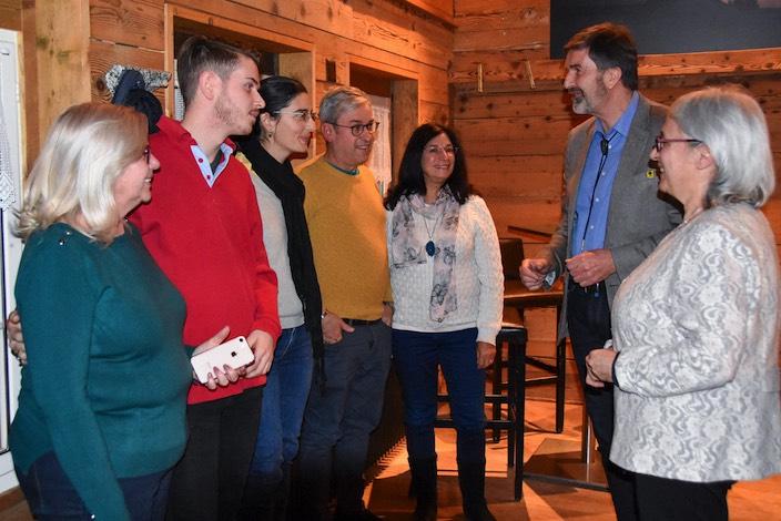 Pianistin Maria Rosolemos (rechts) wurde von Familienangehörigen aus Südafrika und England, die gerade in der Schweiz weilen, begleitet. Andreas Winterberger hiess auch sie herzlich willkommen, bevor er die Ehrung im Bereich Kultur erteilte.
