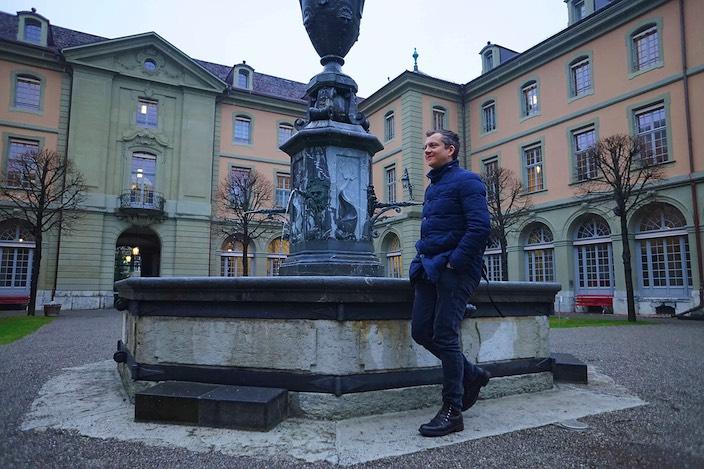 Hier im Innenhof des Berner Generationenhauses führte Patrick Secchiari die Carmina Burana bei der Eröffnung auf.