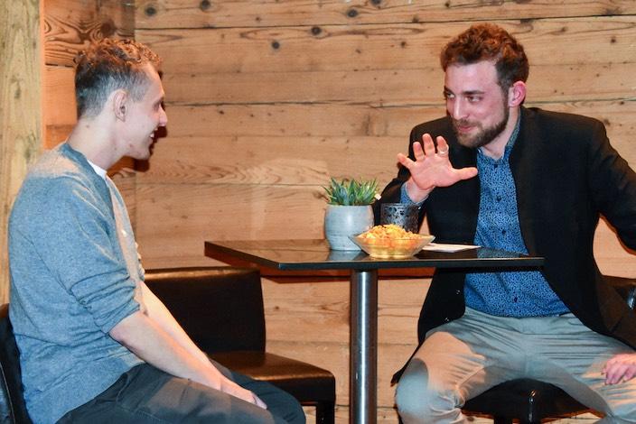 Goldrichtig arbeitete Andreas Maurer (links) an der Berufsmeisterschaft, die Gratulationen überreichte Gemeinderat Jakob Kehrli.
