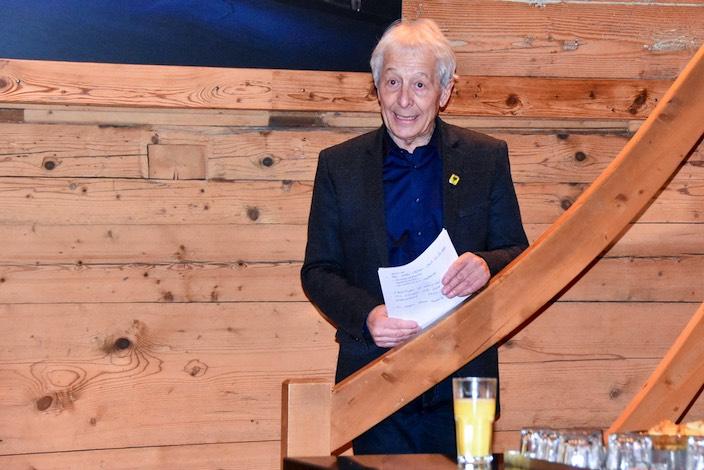 Gemeindepräsident Roland Frutiger eröffnet die Feierlichkeiten im Sherlock Lounge Club.