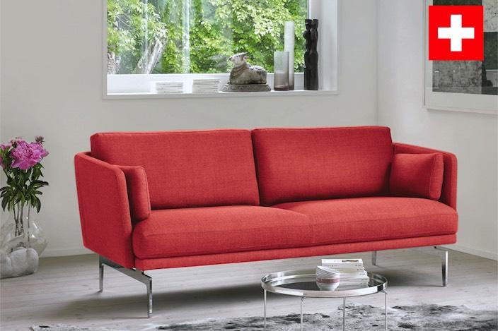 Wie eine rote blüte platziert sich das intertime sofa in einer sonnigen wohnumgebung