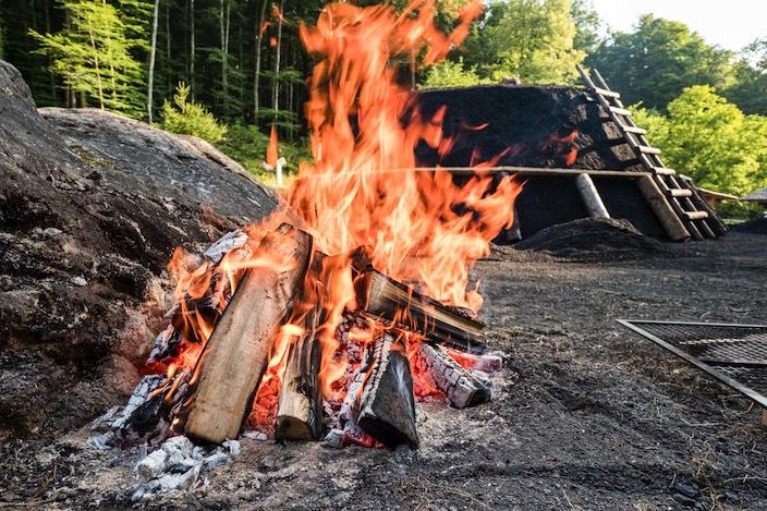 Feuer und Flamme wie hier bei der Köhlerei.
