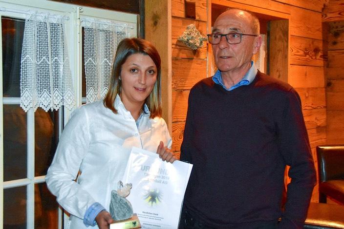 Das Märithüsli feierte im letzten Jahr seinen 40. Geburtstag und wird in Meiringen als erfolgreiches KMU sehr geschätzt. Die Laudatio hielt Gemeinderat Anton Hayoz, als Vertreterin der Familie Jenni nahm Sabrina Tiraboschi die Anerkennung entgegen.