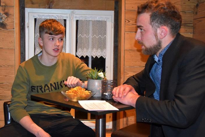 Flavio Frutiger (links) beantwortet die Fragen von Gemeinderat Jakob Kehrli rund um den Kampfsport Kickboxen, mit dem der 15-Jährige an der Weltmeisterschaft eine Bronzemedaille holte.