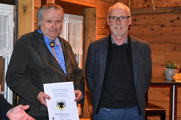 Johann Trummer (links) gewann die Goldmedaille beim Schweizer Meister Final der Pistolenschützen, die Laudatio sprach Gemeinderat Christian Jossi.