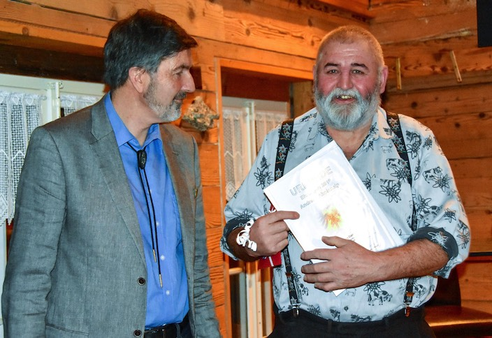 Andreas Abplanalp (rechts) wurde für seinen grossen Alpeinsatz geehrt mit einer Laudatio durch den Vizegemeindepräsidenten Andreas Winterberger.