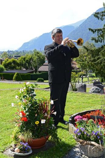 Der neue Firmeninhaber Sami Hess bietet als vielseitiger Musiker seine Dienste auf Wunsch auch für die musikalische Umrahmung während des Bestattungsdienstes an.