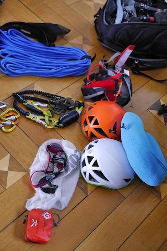 Gafner hat eine Kletterausrüstung für sich im Gepäck und eine für SRF-Moderator Tobias Müller.