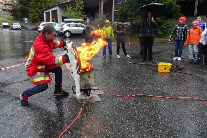 Die älteren Schüler durften den simulierten Friteusebrand mit einer Löschdecke bekämpfen.