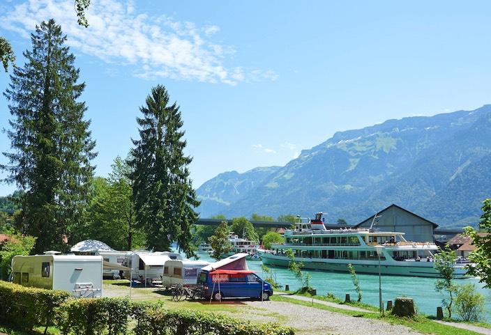 Die Leute sind verrückt nach Campingferien in der Schweiz. Im Bild: Platz vom TCS Camping in Interlaken am Aareufer beim Brienzersee.