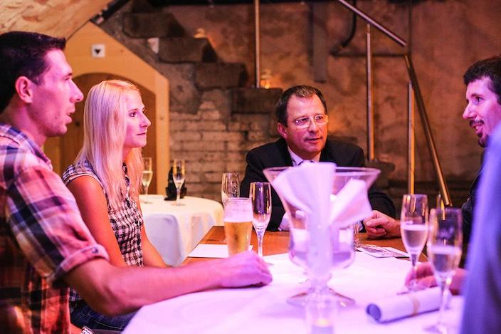Nach dem offiziellen Teil genossen die Paare einen geselligen Abend im Weinkeller des Bären.