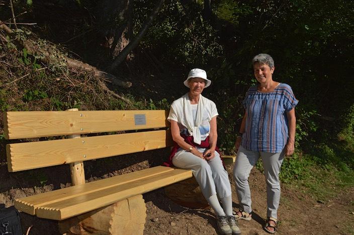 Renate Hausmann (sitzend, mit Verena Moser, Präsidentin Beatenberg Tourismus) aus Deutschland besucht Beatenberg seit 45 Jahren. Jetzt wurde ihr eine Bank gewidmet.