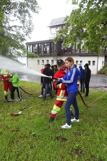 Die Feuerwehr Beatenberg zeigte den Schülern den richtigen Umgang mit ihrer Ausrüstung.