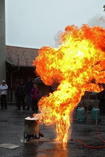 Was passiert, wenn man einen Ölbrand mit Wasser löscht? Es gibt eine riesige Stichflamme.
