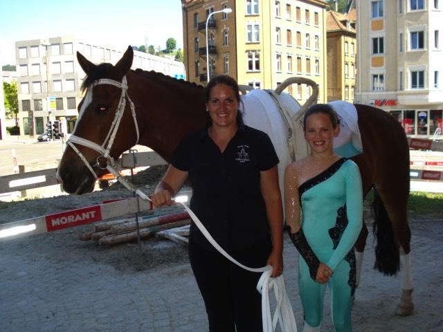 Argo, Trainerin Irène Zumkehr (Mitte) und Michelle Brügger nach dem vierten Rang in St.Gallen
