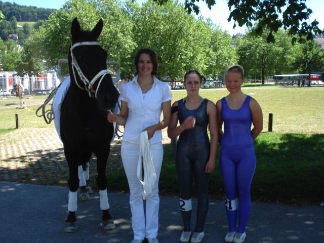 Sheitan, Trainerin Béatrice Zumkehr mit Mascha Fahrni und Saja Claes (vlnr) nach absolviertem Wettkampf in St. Gallen.