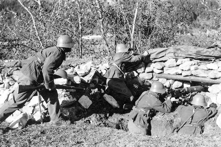 Die Schweiz erwartete einen Angriff durch das Aaretal in Richtung Interlaken. Noch heute gibt es in der Region viele gut erhaltene Verteidigungsanlagen.